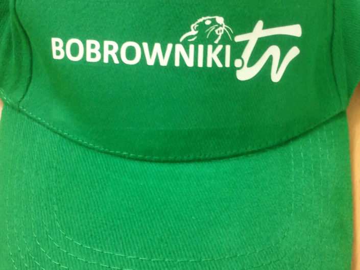 logo na czapce